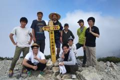 脱落者なく山頂で集合写真、約4時間で踏破